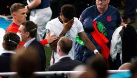 У Великій Британії онлайн-расистам, які ображали футболістів, на 10 років заборонять вхід на стадіони