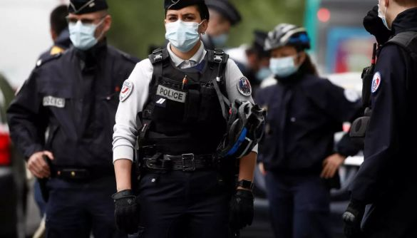 У мережі поширюють фейк, що у Франції поліція аплодувала протестувальникам проти COVID-паспортів