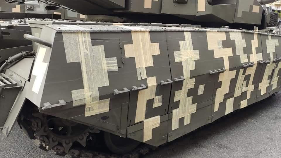 Фейк: На параді проїдуться танки з малярною стрічкою