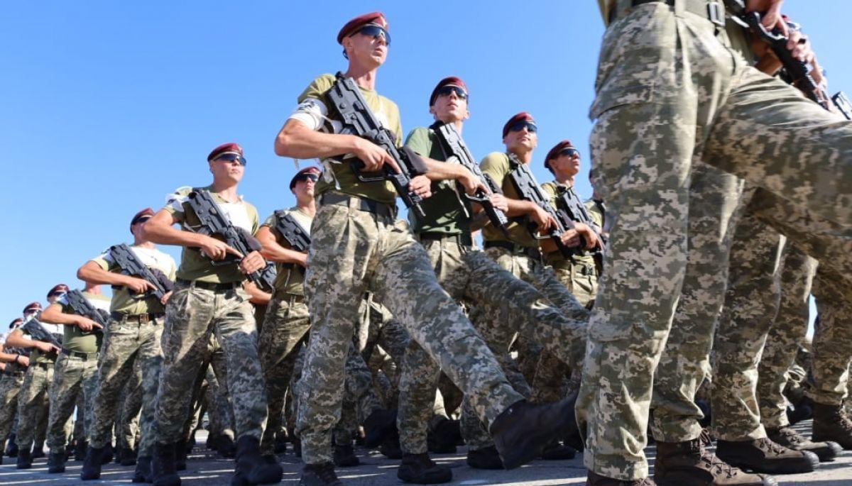 Українські військові крокують під  «Путін - ху*ло». Це фейк?
