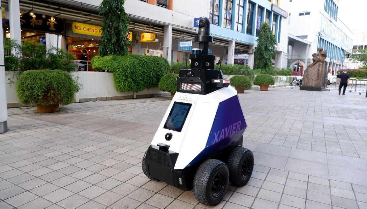 У Сінгапурі тестують роботів-патрульних, щоби стежити за громадським порядком
