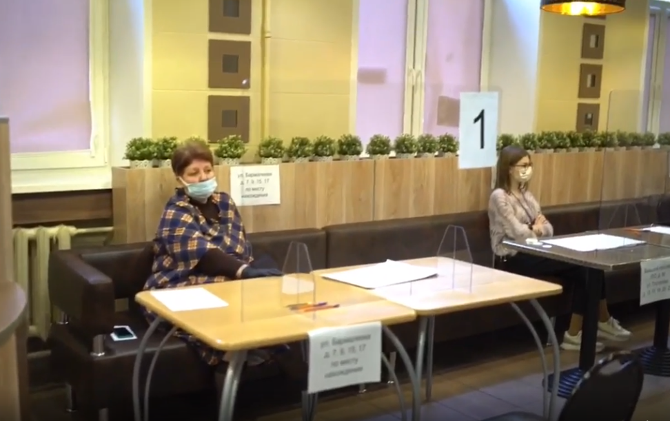 В Росії на виборчих дільницях голосно вмикають музику, щоб Facebook банив трансляції через авторські права (ВІДЕО)