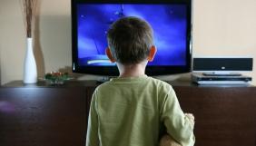 Діти проводять багато часу перед телевізором, якщо так роблять їхні батьки – дослідження